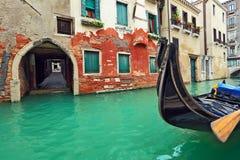 Gondola na małym kanale w Wenecja, Włochy. Fotografia Stock