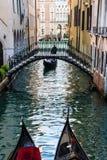 Gondola nel calle del canale di Venezia Immagini Stock Libere da Diritti