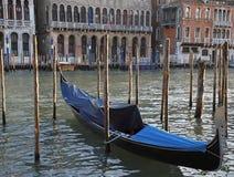 Gondola ricoperta su Canale grande a Venezia fotografia stock