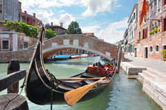 Gondola su un bello canale a Venezia, Italia Fotografia Stock Libera da Diritti