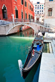 Gondola sul canale di Venezia Immagini Stock