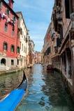 Gondola sul canale fra le vecchie case a Venezia Fotografia Stock Libera da Diritti