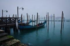 Gondola sul canale grande con San Giorgio Maggiore immagini stock libere da diritti