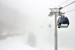 Gondola in tempo della nebbia in Rosa Khutor, Soci Fotografie Stock Libere da Diritti