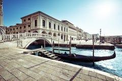 Gondola tradizionale sul canale grande, San Marco, Venezia immagini stock