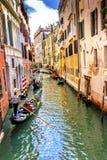 Gondola turystów kanału Kolorowy Mały Boczny most Wenecja Włochy Zdjęcie Stock