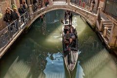 Gondola in un canale stretto a Venezia Fotografia Stock Libera da Diritti