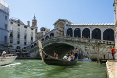 Gondola under Rialto bridge Royalty Free Stock Photos