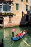 Gondola unosi się wzdłuż starej wąskiej ulicy, Wenecja Fotografia Stock
