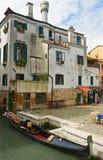 Gondola vicino al palazzo. Fotografie Stock Libere da Diritti