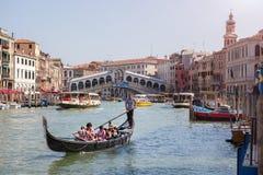 Gondola vicino al ponte di Rialto a Venezia Fotografia Stock Libera da Diritti