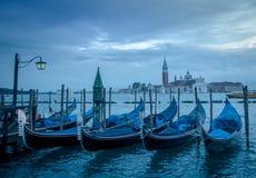 Gondolad i Venedig med den kyrkliga Sanen Giorgo Maggiore i lodisarna Royaltyfri Fotografi