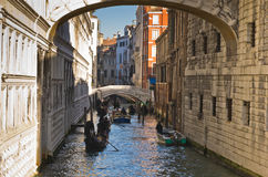 Gondolas under the Bridge of sighs in Venice Stock Photography