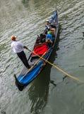 Gondole avec des touristes Photos stock
