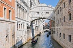 Gondole che passano ponte dei sospiri, dei Sospiri Venezia Italia di Ponte immagini stock libere da diritti