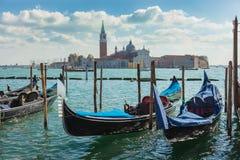 Gondole cumowali z widokiem San Giorgio Maggiore, Wenecja, Włochy Fotografia Royalty Free