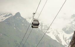 Gondole dans les montagnes Photos stock