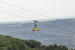 Gondole de benne suspendue de passagers en montagne Mashuk, Russie Image stock