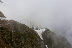 Gondole de benne suspendue en montagnes Images libres de droits