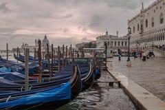 Gondole de stationnement à Venise Image libre de droits