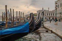 Gondole de stationnement à Venise Images stock