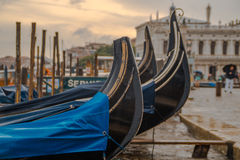Gondole de stationnement à Venise Image stock
