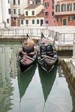 Gondole deux à Venise au pilier Photographie stock