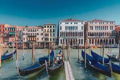 Gondole e case veneziane da Grand Canal di Venezia, Italia fotografie stock