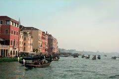 Gondole e costruzioni a Venezia, Italia immagine stock libera da diritti