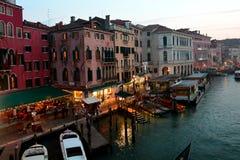Gondole e costruzioni a Venezia, Italia immagini stock
