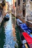 Gondole e piccole barche su un canale stretto a Venezia Fotografie Stock Libere da Diritti