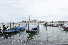Gondole messe in bacino davanti a San Giorgio Maggiore Immagine Stock