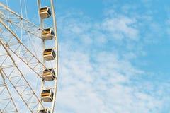 Gondole murate vetro di Ferris Wheel contro il cielo Fotografie Stock Libere da Diritti