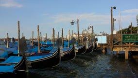Gondole na Wenecja Uroczystej Korytkowej spławowej wodzie laguna z dźwiękiem morze zbiory wideo