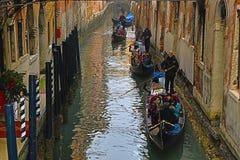 Gondole nei canali di Venezia immagine stock