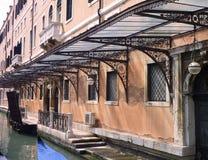 Gondole parkować przy kanałem w Wenecja Zdjęcie Royalty Free