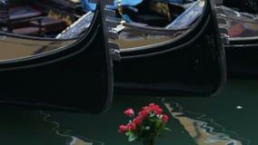 Gondole przy parking miejscem, gondoliery zaczynają pracujący dzień, taxi biznes w Wenecja zbiory