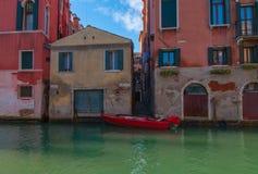 Gondole rouge, Venise Image libre de droits