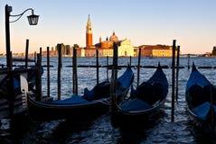 Gondole, San Giorgio Maggiore, puesta del sol Venecia, Italia Fotografía de archivo