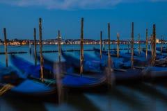 Gondole su fondo della notte Venezia, esposizione lunga Immagini Stock
