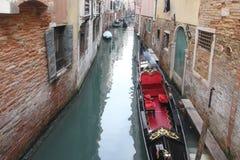 Gondole su Grand Canal Venezia che circonda dalla costruzione attraente storica, Venezia, Italia fotografie stock