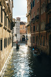 Gondole su un canale stretto a Venezia Immagine Stock Libera da Diritti