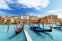 Gondole sul canale e sulla basilica Santa Maria della Salute, Venezia Fotografia Stock Libera da Diritti