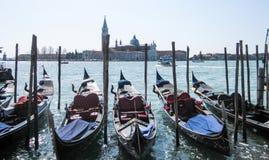 Gondole sull'argine a Venezia immagini stock