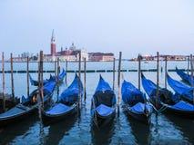 Gondole sull'argine a Venezia fotografia stock libera da diritti