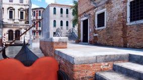 Gondole sur le canal de l'eau plan rapproché à Venise, Italie illustration libre de droits