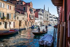 Gondole sur le canal latéral à Venise, Italie images libres de droits