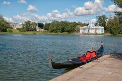 Gondole sur le grand étang TSARSKOYE SELO, ST PETERSBURG, RUSSIE photographie stock libre de droits