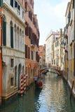 Gondole sur les canaux étroits de Venise, Italie, l'Europe Images libres de droits