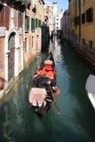 Gondole sur un canal à Venise, Italie Photo stock